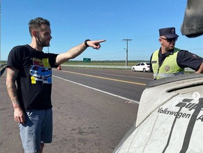 Corredor de autos estadounidense denuncia supuesta coima en barrera policial
