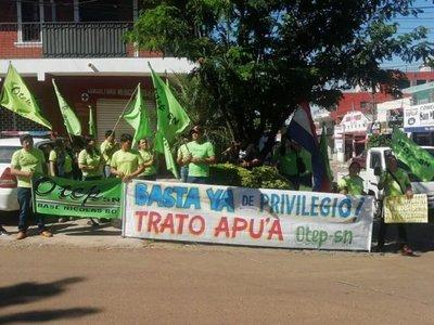 Docentes protestan frente a casa de Silvio Ovelar en Coronel Oviedo