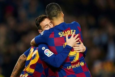 Triplete de Messi y maravilla de Suárez dan liderato al Barça