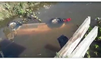 Camioneta cayó de un puente en Cerrito de Ñeembucú