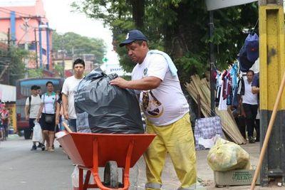 Funcionarios de comuna de Asunción recolectan residuos en Caacupé