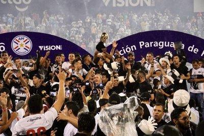 Olimpia celebra el tetracampeonato con doblete de Roque Santa Cruz