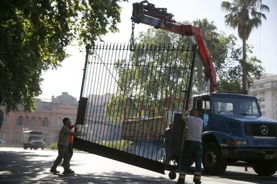 Todo listo para asunción de Fernández: sacaron rejas frente a la Casa Rosada
