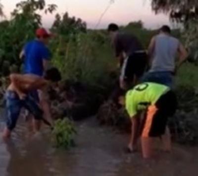 Cruzan caminos inundados para jugar fútbol