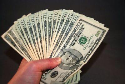 Dólar retrocede por compromisos de fin de año, explican