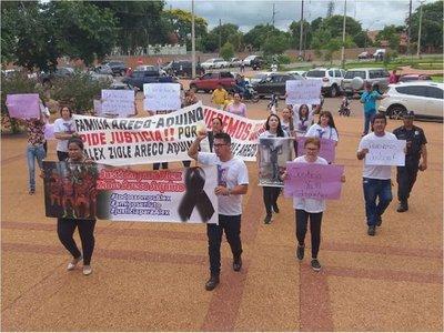 Familiares piden justicia para Alex Ziole frente a la Fiscalía de PJC