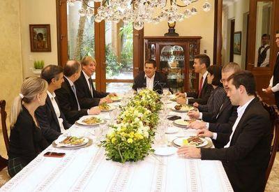 Reconocido economista chileno visitó al ex presidente Cartes