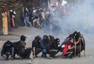 """La """"primera línea"""", héroes o vándalos de la dura batalla urbana en Chile"""