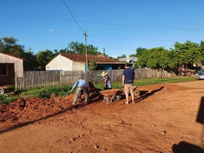 Reparan calle con palas y azadas ante falta de acción municipal