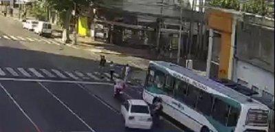 Imágenes impactantes: Ebrio al volante mata a 3 peatones al cruzar luz roja