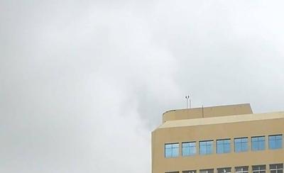 HOY / Tuvo 20 minutos de terror al quedar colgado en lo alto de edificio, tras fuertes vientos