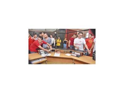 Jóvenes toman la Junta de la ANR tras postergación de las elecciones