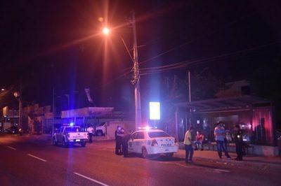 Víctima repele a balazos a asaltantes en parada de buses