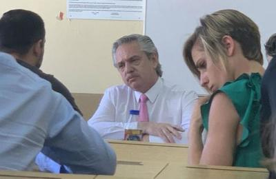 Último día como profesor: Presidente de Argentina sorprende al tomar un examen a sus alumnos