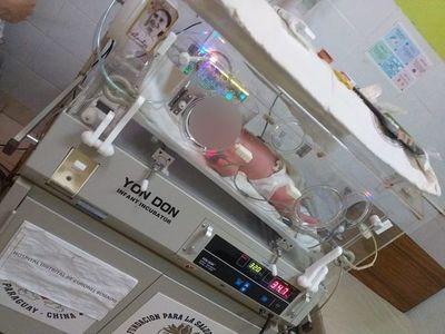Bebé hipoglucémico, estable pero necesita terapia