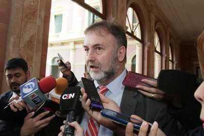 Ministro de Hacienda anuncia revisión de pagos realizados en el sector público
