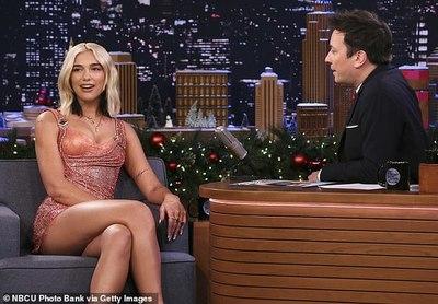 Dua Lipa impactó con su look en el programa de Jimmy Fallon
