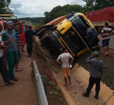 Camión cae a la cuneta en O'leary