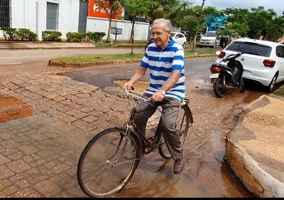 Una eminencia que anda en bicicleta