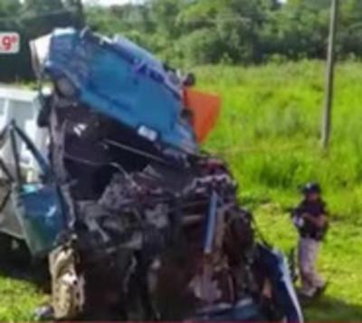 Un fallecido y dos heridos tras terrible colisión de dos Scania