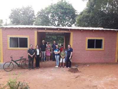 Arnaldo Valdez entrega dos viviendas sociales a familias de escasos recursos