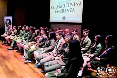 ELEGANTE CEREMONIA DE GRADUACIÓN DE ESTUDIANTES DEL COLEGIO DIVINA ESPERANZA