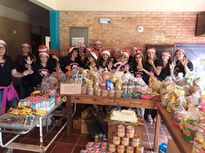 Voluntarios llevan pan dulce y amor a pacientes del Incán