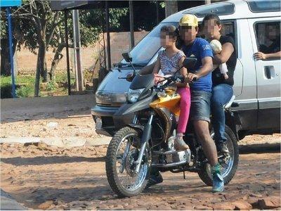 Bebé fallece tras caer de los brazos de su madre que iba en moto
