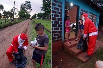Policía vestido de Papa Noel entrega regalos a niños humildes