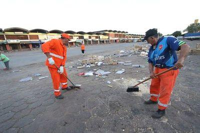 Ardua tarea de trabajadores para dejar calles limpias en Gran Asunción