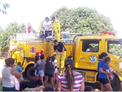 Ciudadanos y bomberos reparten juguetes y pan dulce por Navidad