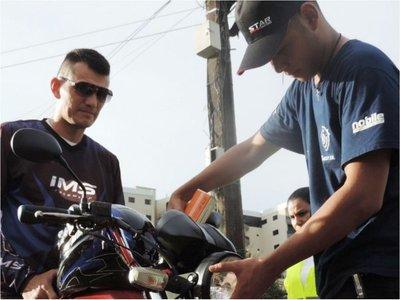 Para disminuir accidentes viales en CDE, entregan focos a motociclistas