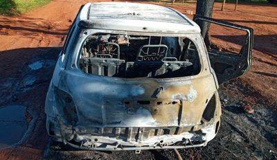 Automóvil fue consumido por las llamas en Pdte. Franco