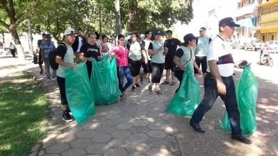 HOY / Concepción: jóvenes limpian  calles y plazas, la meta es ser  ejemplo contra malas costumbres