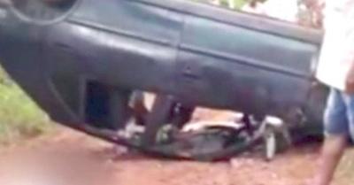 Menor muere aplastado al volcar un automóvil