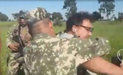 Militares agreden a periodistas durante desalojo