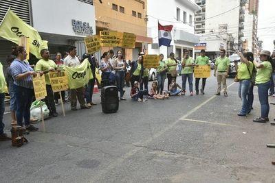 Docentes se manifiestan contra el Ministro de Educación