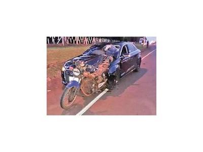 Fatal: Moto queda incrustada por un auto