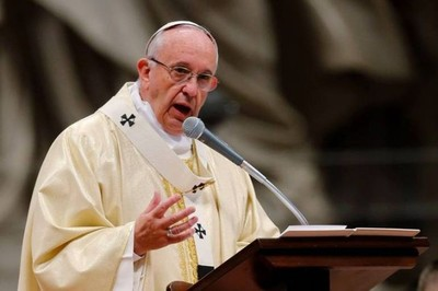 Papa Francisco reprende a los niños que usan el celular mientras comen con la familia