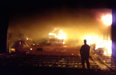 Voraz incendio de depósito en San Alberto