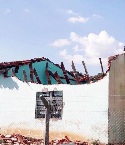 Cae el techo de aula en Carapeguá