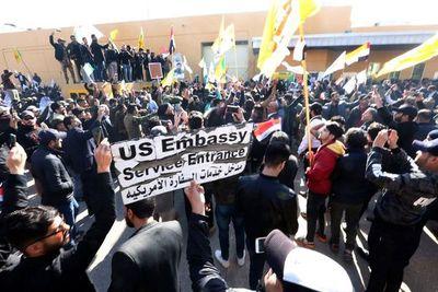 Manifestantes permanecen frente a la Embajada de EE.UU. en Bagdad sin violencia
