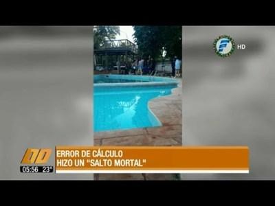 Murió tras intentar saltar a la piscina
