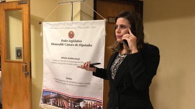 Denuncian a Kattya González por tráfico de influencia y piden perdida de investidura