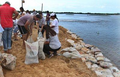 Pilarenses refuerzan el muro con 30.000 bolsas de arena para contener la crecida