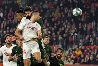 Sevilla y el Athletic igualan en un espeso partido