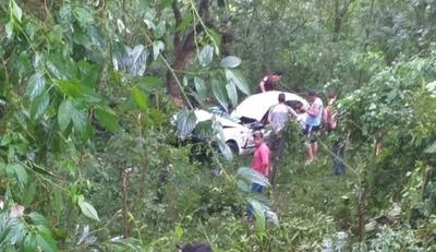 HOY / Accidente en Alto Paraná: auto volcó al costado de la ruta y dejó saldo de 5 heridos
