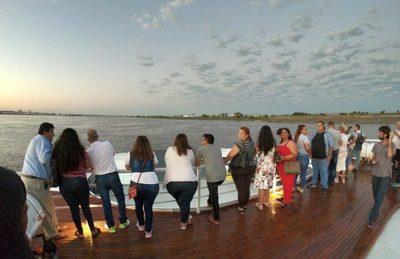 """""""Ferry del Chaco"""" inició este lunes sus viajes comerciales entre Villa Hayes y Asunción"""
