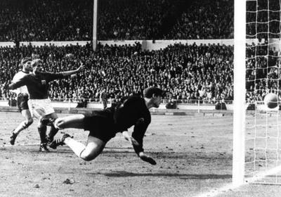 HOY / Fallece el arquero que encajó el siempre controversial 'gol de Wembley'
