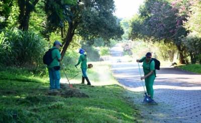 Municipalidad de CDE limpia las áreas habitacionales